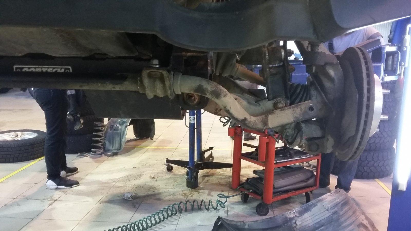 передняя левая подвеска с перенесенным стабилизатором