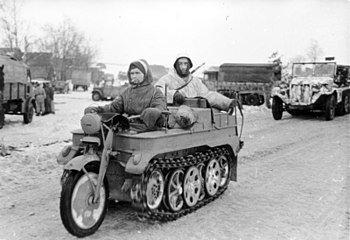 350px-Bundesarchiv_Bild_101I-725-0184-22,_Russland,_Soldaten_auf_Kettenkrad.jpg